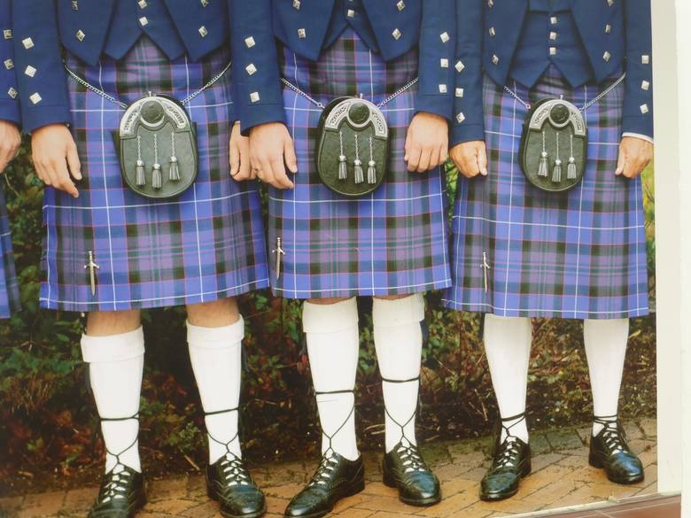 """Szkocja - brudzenie państwa młodychW wiejskich rejonach Szkocji wciąż żywy jest zwyczaj znany jako""""blackening"""". Polega on na porwaniu"""