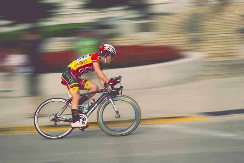W rowerze szosowym ważne jest, aby jego masa przy zachowaniu odpowiedniej sztywności była jak najmniejsza. Koła w rowerach tego typu mają 28 cali.