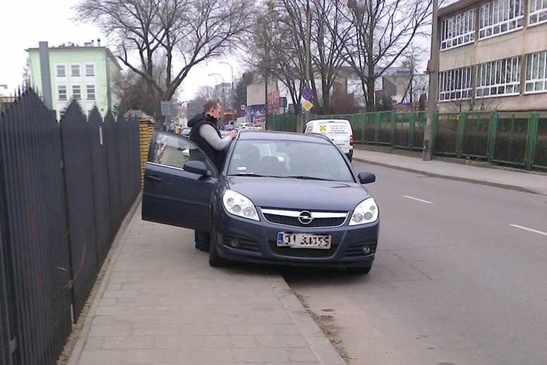 W centrum nie da się przejść po chodnikach (zdjęcia)