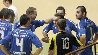 Grzegorz Silczuk, na zdjęciu w środku, w gronie swoich podopiecznych, doprowadził beniaminka do finału ligi Fot. Artur Bogacki
