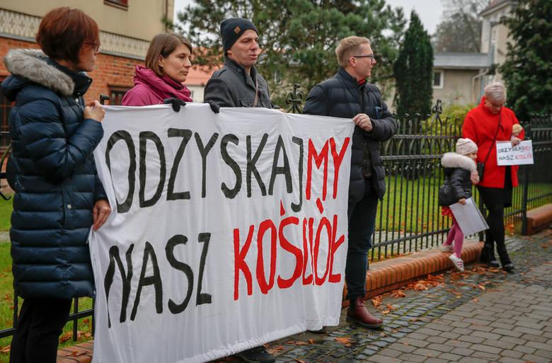 """Protest w sprawie abp. Sławoja Leszka Głódzia. Wierni przyszli pod siedzibę gdańskiej kurii z transparentami """"Odzyskajmy nasz Kościół"""""""