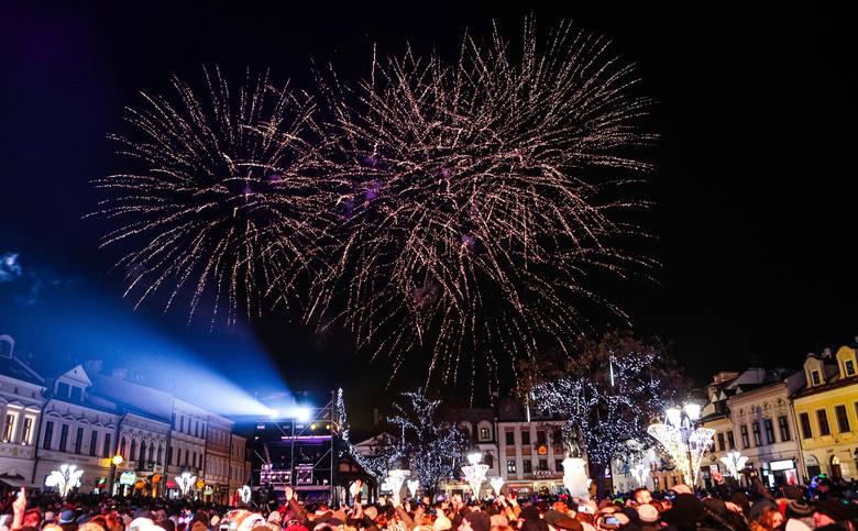 """Sylwestrowy koncert na rzeszowskim Rynku odbył się pod hasłem """"Wehikuł czasu"""". Publiczność miała okazję powspominać wraz z artystami"""
