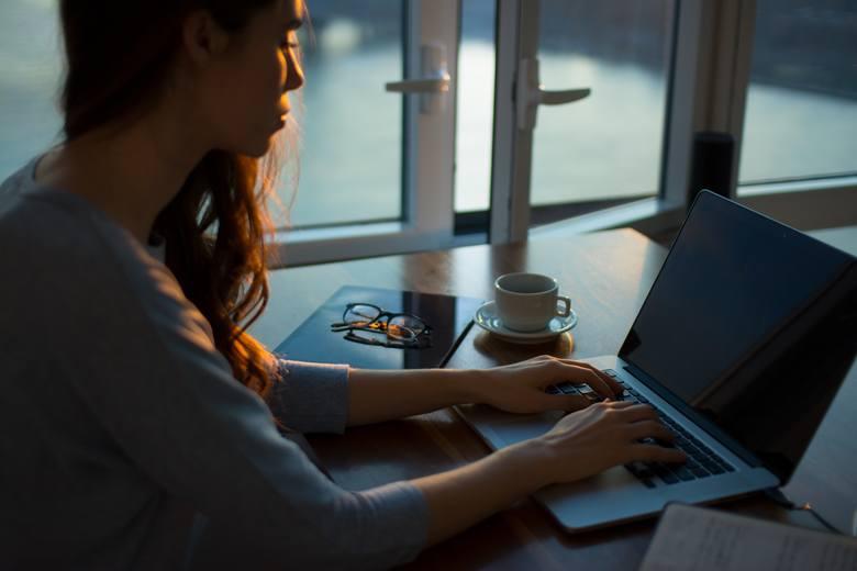 Kobiety z branży IT, które pracują w branży poniżej 2 lat, deklarują średnie wynagrodzenie na poziomie 4070 zł. - Co można poradzić komuś, kto chciałby