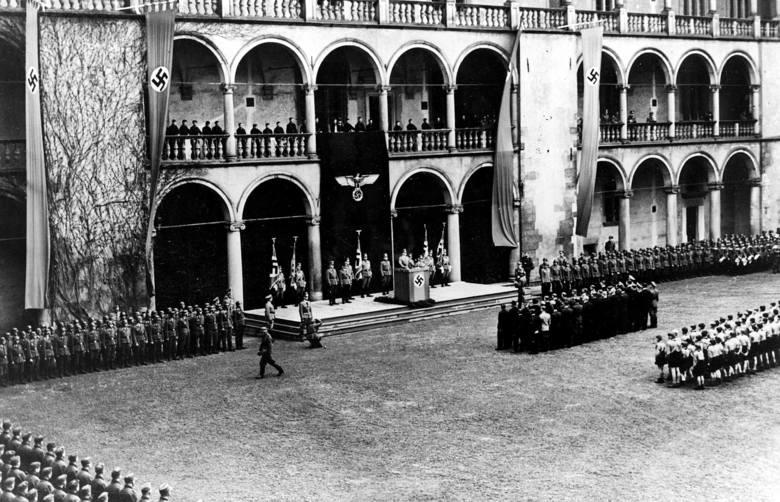 Obchody rocznicy urodzin Adolfa Hitlera na zamku na Wawelu - siedziba królów polskich została zajęta przez Hansa Franka. Rok 1941