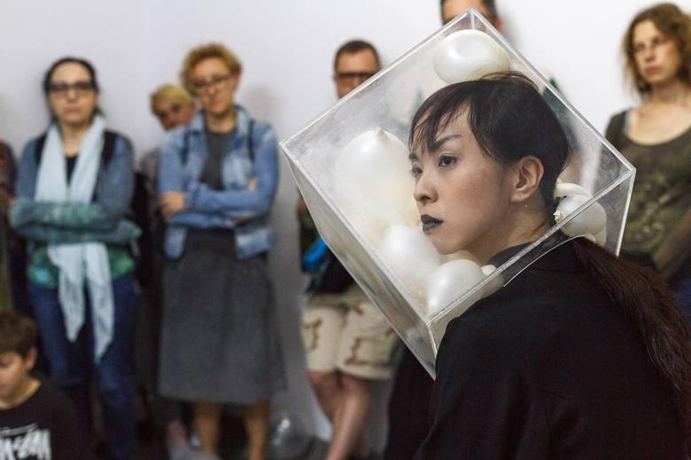 Natasha Wei (ur. 1982, Singapur) – w swoich performansach odnosi się do kondycji ludzkiej oraz bada wytrzymałość kobiecego ciała. Jej działania mają