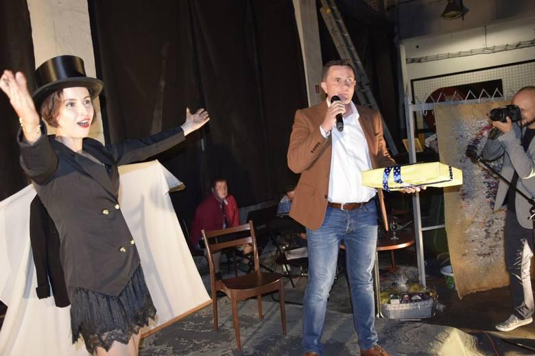 Impreza jubileuszowa grupy teatralnej Banana Perwers odbyła się w piątek, 7 września, w skierniewickiej parowozowni. Teatr został założony 10 lat temu przez Dominikę Dawidowicz. Podczas imprezy były życzenia podziękowania, oraz spektakl.