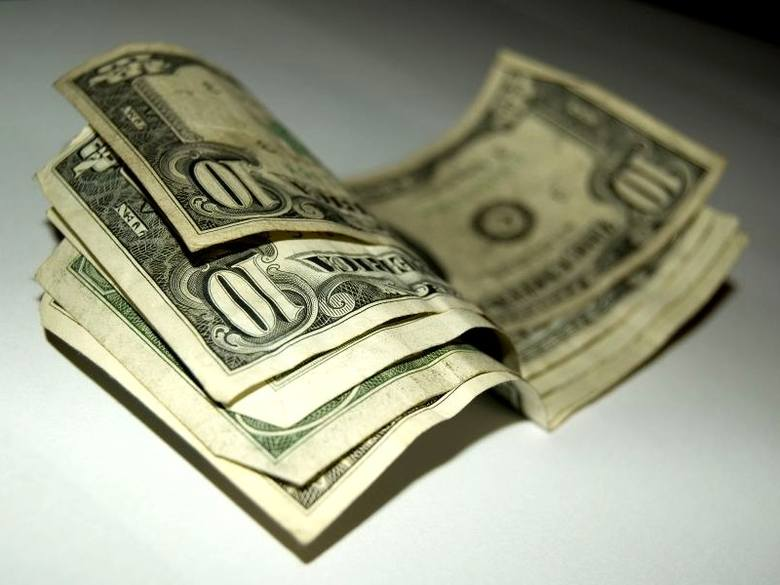 Na 1. miejscu jest Andy Warhol. W 2012 r. prace Andy' ego Warhola zostały sprzedane na aukcjach za łączną kwotę 329,5 mln dolarów.