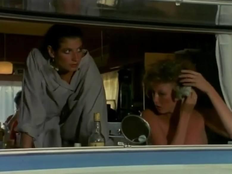 """Odcinek dziewiętnasty """"Zamknąć za sobą drzwi"""" (film pełnometrażowy). <br /> Grażyna Wolszczak jako Jovita Popovic i Agata Rzeszewska jako prostytutka towarzysząca Jugosłowianom."""