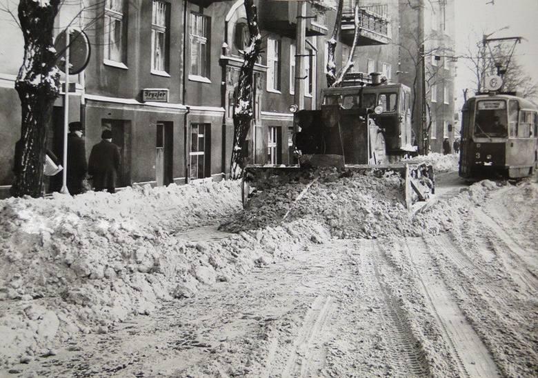 Na początku 1979 roku całą Polskę zaatakowała zima stulecia. Na poznańskie ulice musiał wyjechać ciężki sprzęt budowlany. Kilkunastostopniowy mróz i