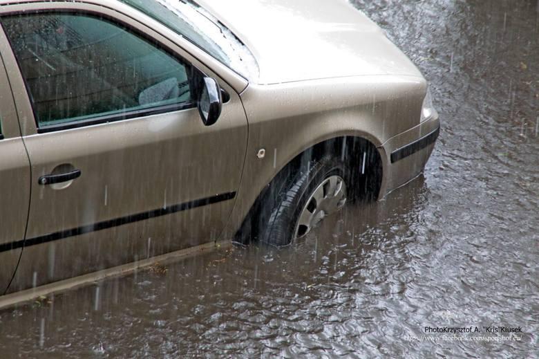 Burza w Częstochowie: Drogi, chodniki i domy pod wodą