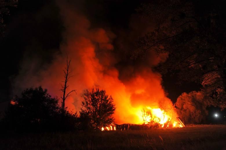 Pożar magazynu składowania towarów przy ul. Batorego w Przemyślu, wybuchł w poniedziałek po północy. - Pożarem objęty był budynek o powierzchni ponad