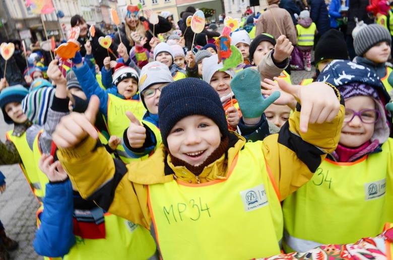 Imprezę co roku organizuje radna Eleonora Szymkowiak, prowadząca fundację Mecenat Złotego Serca. Dzieci szukają zająca, zbierają słodycze, a przy okazji