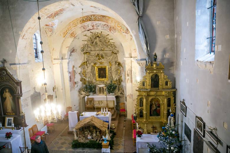 W ołtarzu głównym łaskami słynący obraz Matki Bożej. Późnorenesansowy ołtarz boczny zdobi tryptyk z obrazem św. Anny Samotrzeć
