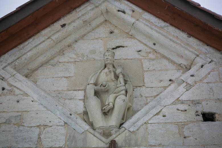 Rzeźba Matki Bożej Tronującej z Dzieciątkiem na ścianie apsydy