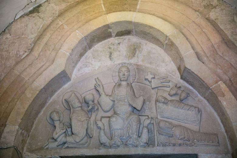 Pośrodku figura Chrystusa-Króla (bez brody!), depczącego bestie