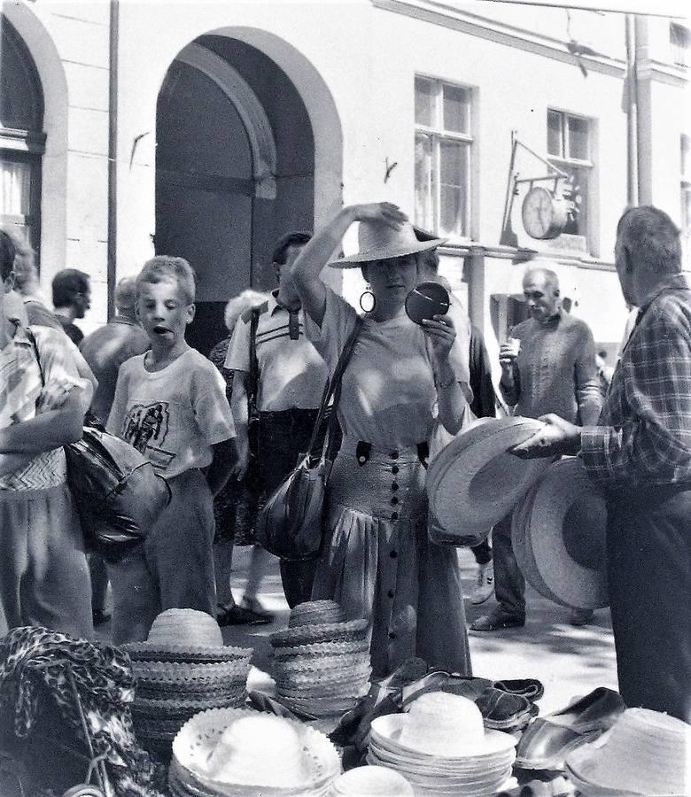 Wrzesień 1990 roku na deptaku al. Wojska Polskiego, gdzie słomkowe kapelusze szły jak woda, chociaż lato miało się ku końcowi