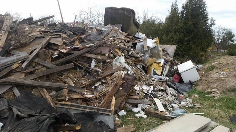 - Po raz kolejny ktoś przywozi śmieci na teren opuszczonych działek przy ulicy Wańkowicza. To działanie nagminne i stała praktyka. Mieszkańcy już parokrotnie