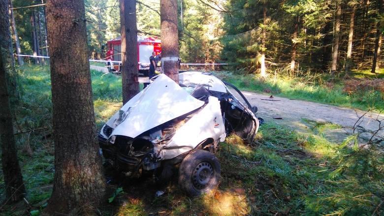 Wyjechało na szutrową utwardzoną drogę łączącą Czerlonkę z Grudkami i tam uderzyło w drzewo. W wyniku zderzenia zginęły dwie osoby- kobieta w wieku 43