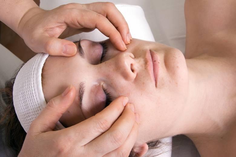Masaż twarzy jest dobrym sposobem na zniwelowanie obrzęków powstałych wskutek zastoju limfy. Szczególnie skuteczny jest masaż głęboki, którego najlepiej