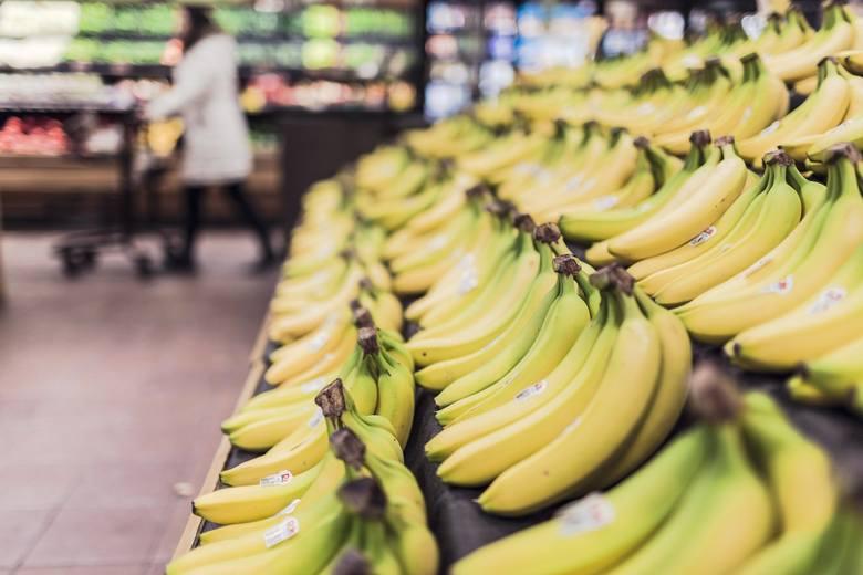 W związku z rosnącą paniką wywołaną epidemią, coraz więcej osób decyduje się poczynić zapasy żywnościowe. W efekcie z niektórych sklepów znikają podstawowe