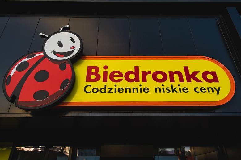 Biedronka i Lidl planują dodatkowe premie dla kasjerów pracujących w czasie zakupowego szczytu związanego z epidemią koronawirusa w Polsce.