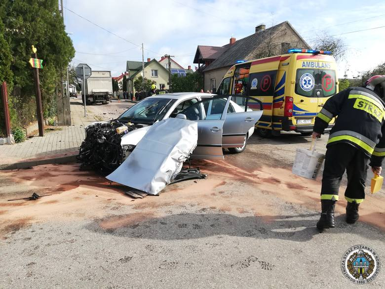 Na skrzyżowaniu ulic w Nowogrodzie doszło do groźnego zderzenia ciężarowego mercedesa z osobową skodą nadjeżdżającymi z przeciwnych kierunków.