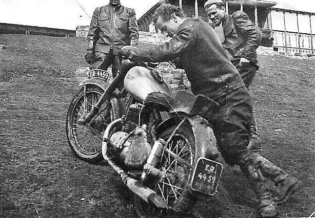 Motocykl pcha Zbigniew Raniszewski, po prawej Norbert Świtała