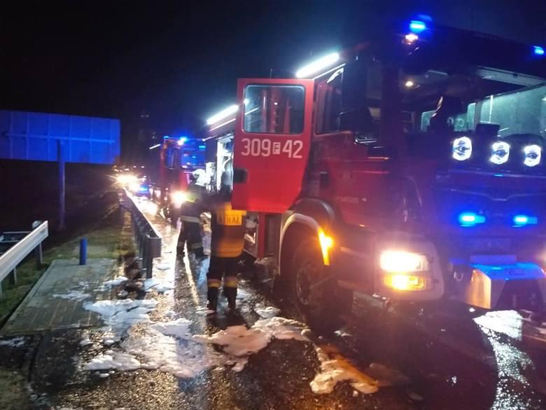 Do pożaru naczepy na trasie S3 w okolicy Gorzowa doszło około godz. 3.00 w nocy w poniedziałek 12 sierpnia. Na miejsce zdarzenia wysłano cztery zastępy