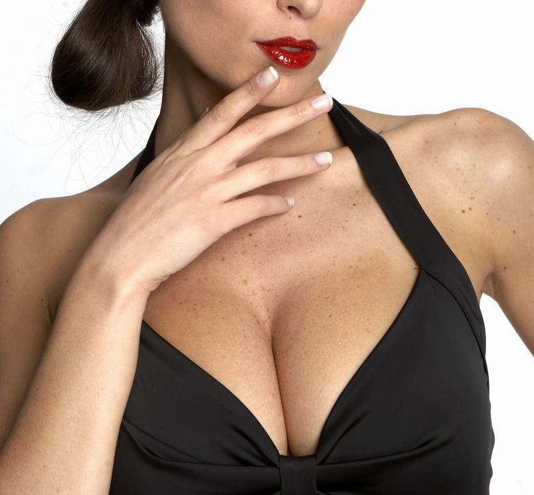 Czy istnieją nieinwazyjne metody powiększenia piersi? Tak! I chociaż efekty nie będą spektakularne, to z pewnością są one bezpieczne i naturalne. Przedstawiamy