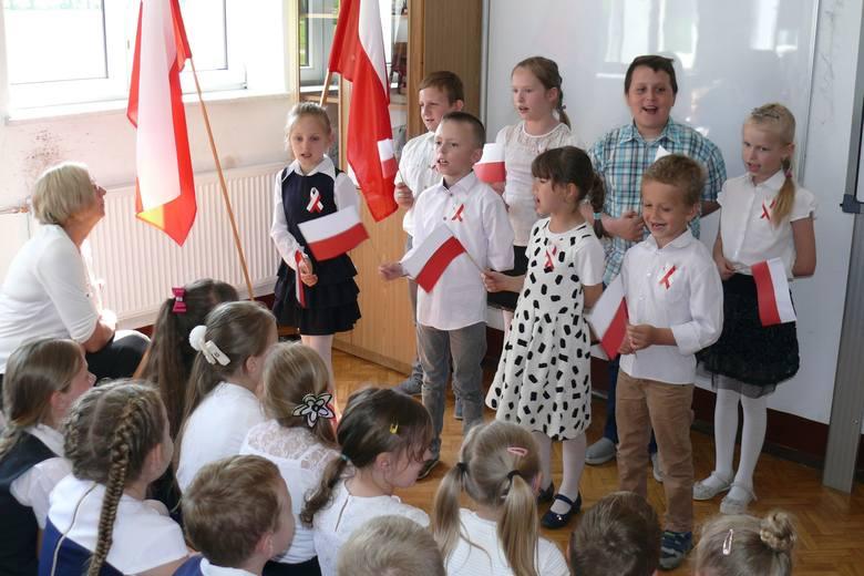 W Szkole Podstawowej w Trzebczyku wpadli na wyjątkowy pomysł, by uczcić majowe święto. Odbył się koncert patriotyczny, uczniowie śpiewali pieśni z różnych