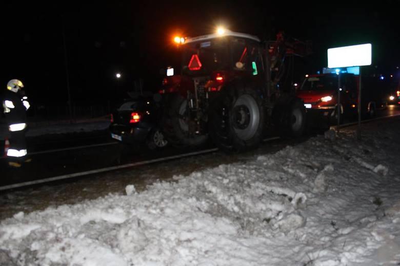 Do wypadku doszło w piątek około 18:15 na trasie Szczuczyn - Grajewo w Adamowie. W zdarzeniu udział brał samochód osobowy, pojazd ciężarowy oraz ciągnik