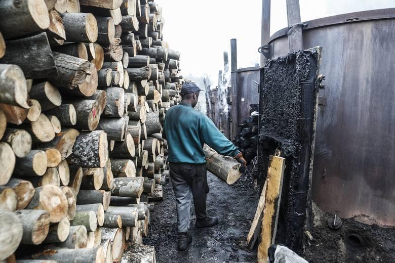 Węglarze dawniej osadzani byli w głębi puszcz, gdzie mieli prawo wycinać las i zwęglać pozyskane drewno. Mieszkali w skleconych z byle czego budach, dlatego też często nazywano ich budnikami, a ich osady - Budami.  Wypał stał się podstawową metodą otrzymywania węgla drzewnego już na początku XX...