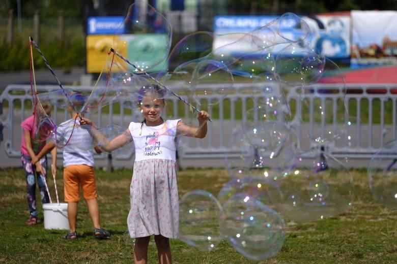 Trwa Dzień Baniek Mydlanych w Toruniu. Na Błoniach Nadwiślańskich dla uczestników przygotowane zostały trzy strefy: baniek mydlanych, relaksu i wypoczynku
