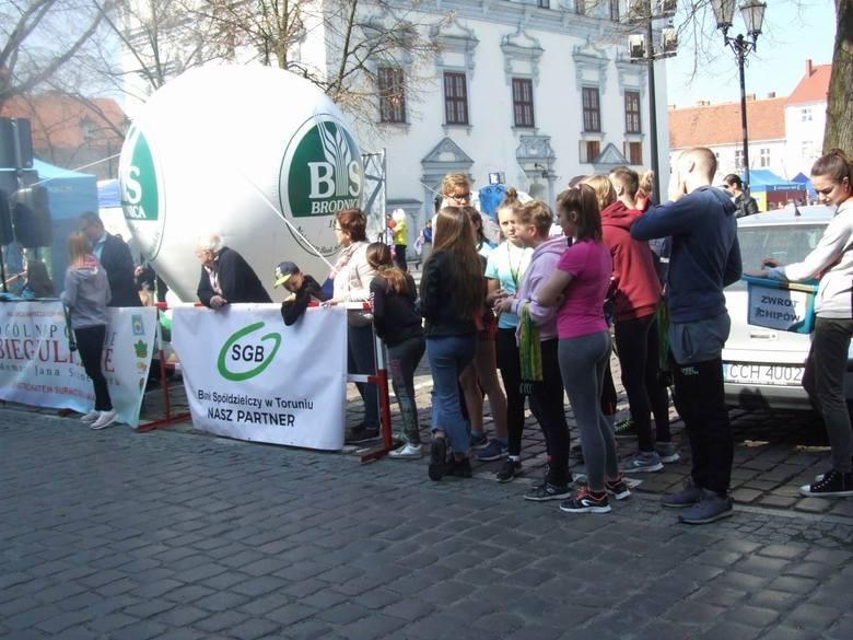 48. Biegi Uliczne - Memoriał Jana Schmeltera zorganizowano w Chełmnie. Zgromadziły w tym roku rekordową liczbę uczestników. - Nasz bieg ukończyło aż