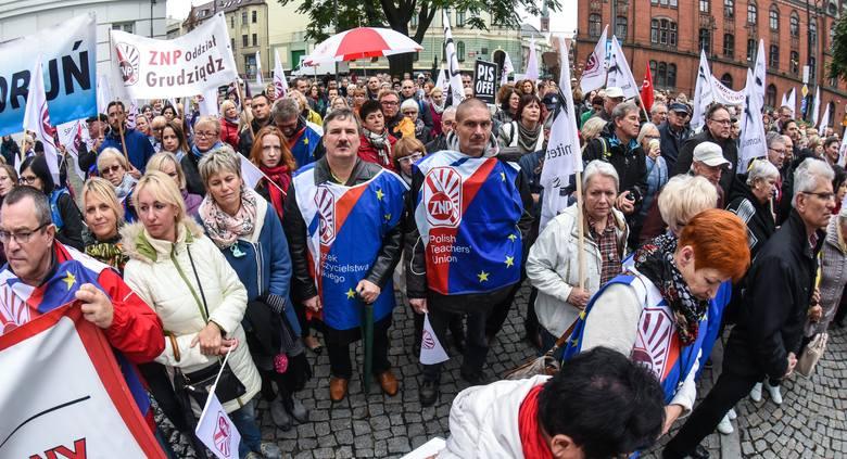 Protest przed Urzędem Wojewódzkim Nauczyciele ZNPProtest przed Urzędem Wojewódzkim Nauczyciele ZNP