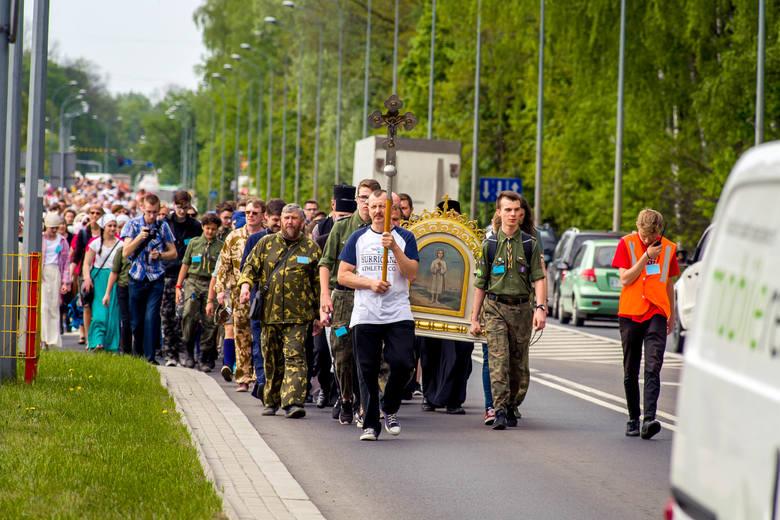 Kilkaset osób wyruszyło z Białegostoku do Zwierek. 3 maja przypada święto Męczennika Gabriela, patrona młodzieży. Jego relikwie do jesieni będą przechowywane