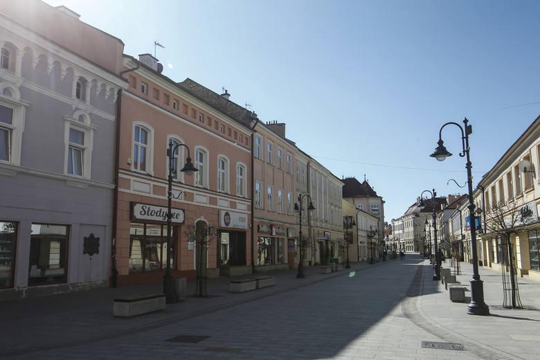 Puste ulice, skwery, deptaki. Rzeszów wygląda jak opuszczone miasto.