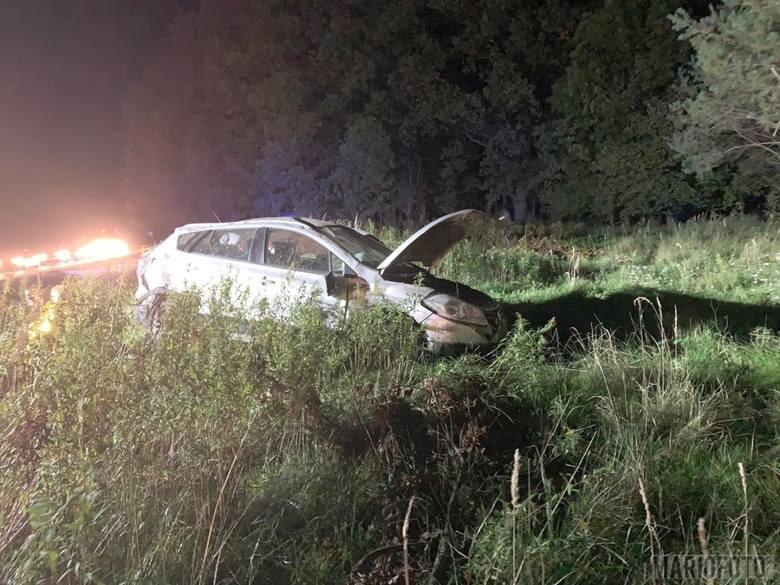 Wypadek w Bierdzanach na drodze krajowej 45. Ze wstępnych ustaleń policjantów wynika, że doszło tam do zderzenia dwóch samochodów - suzuki i volkswagena.