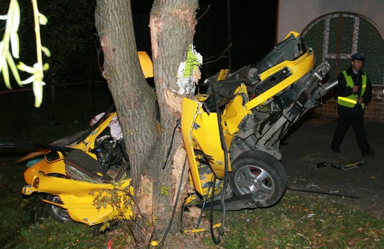 Kielnarowa k.Rzeszowa. Dwaj młodzi mężczyźni zginęli w nocy w wypadku. Kierowca sportowej hondy nie opanował pojazdu i na łuku drogi uderzył w drzewo.