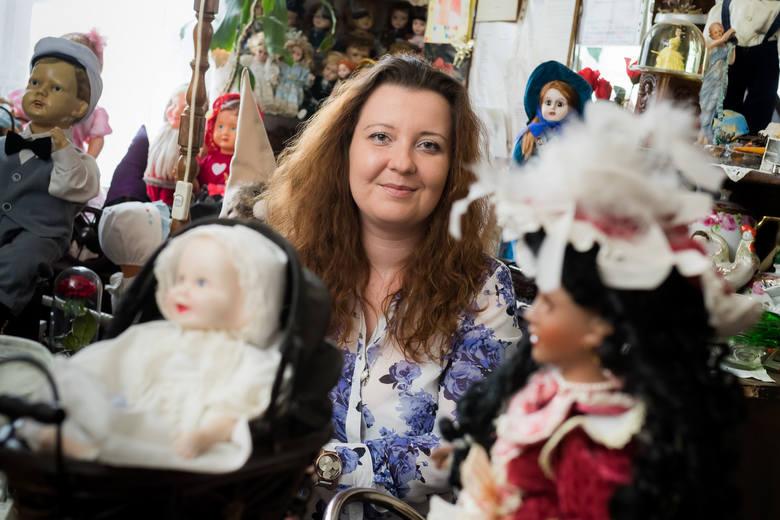 Anka zbiera lalki od trzech lat. Kiedy zaczyna o nich opowiadać, cała się rozpromienia. Znika Bydgoszcz, znika Londynek, znajdujemy się w zupełnie innym