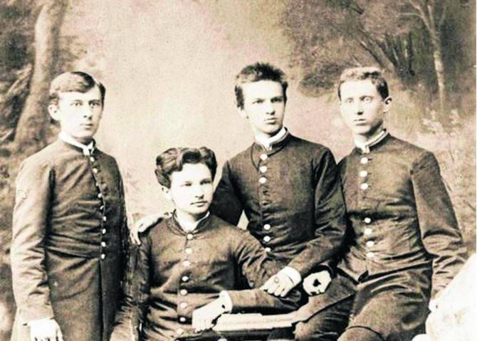Bronisław (drugi z lewej) i Józef (trzeci z lewej) na zdjęciu kółka samokształceniowego Spójnia w gimnazjum wileńskim. Rok 1885