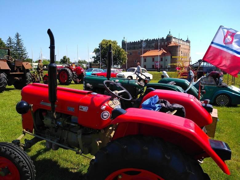 Przez 2 dni minionego weekendu (22-23 czerwca 2019) na parkingu zamku w Golubiu-Dobrzyniu gościły stare ciągniki rolnicze, kilka eksponatów sprzętu wojskowego,