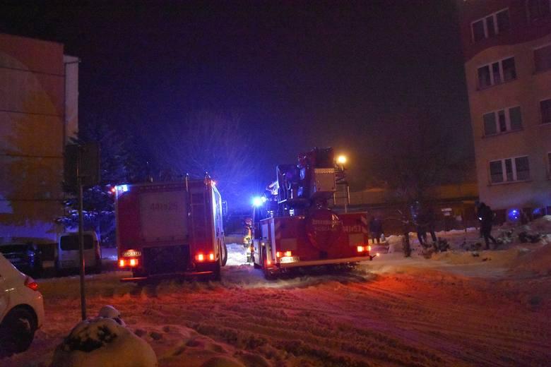 Gorlice. Pożar kuchni w jednym z bloków przy ulicy Krasińskiego. Na miejscu trzy zastępy straży pożarnej w tym podnośnik