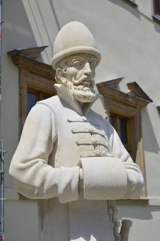 Figury posłów wróciły na Pałac Biskupi w Kielcach po 150 latach! [WIDEO, ZDJĘCIA]