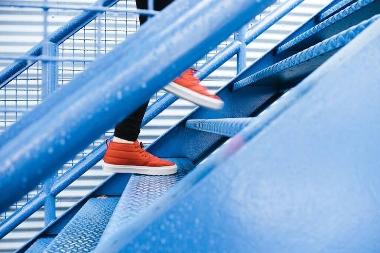 Jeśli mieszkasz na wyższym piętrze, warto zrezygnować z windy i pokonywać piętra schodami, siatki z zakupami możemy potraktować jako dodatkowe obciążenie,