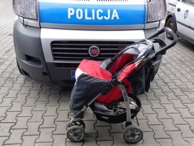 Policjanci zabrali dzieci do pogotowia opiekuńczego.