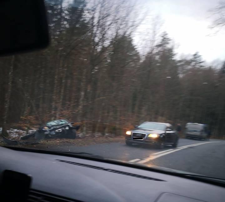 Wypadek koło Maszkowa. Samochód zderzył się z dzikim zwierzęciem