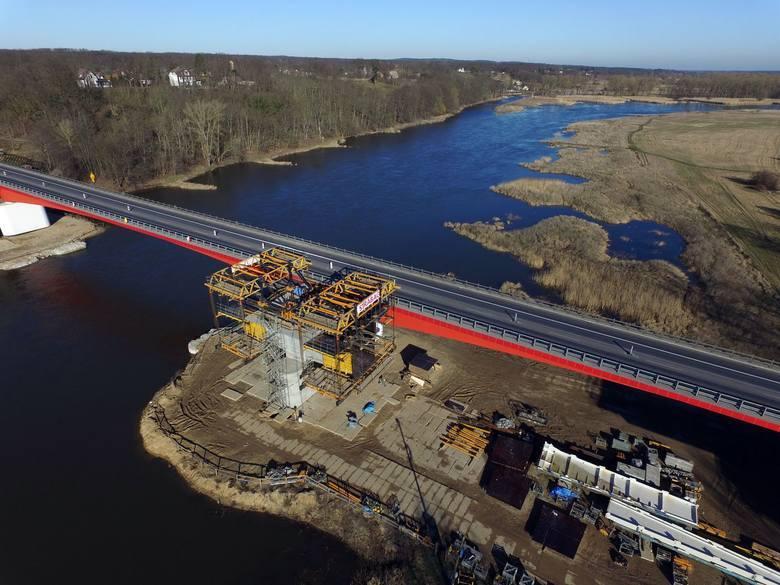 W ostatnich latach w Polsce poczyniono szereg inwestycji drogowych. Dobrych tras nam przybyło, ale wciąż brakuje... mostów! Lubuskie nie jest w tej kwestii
