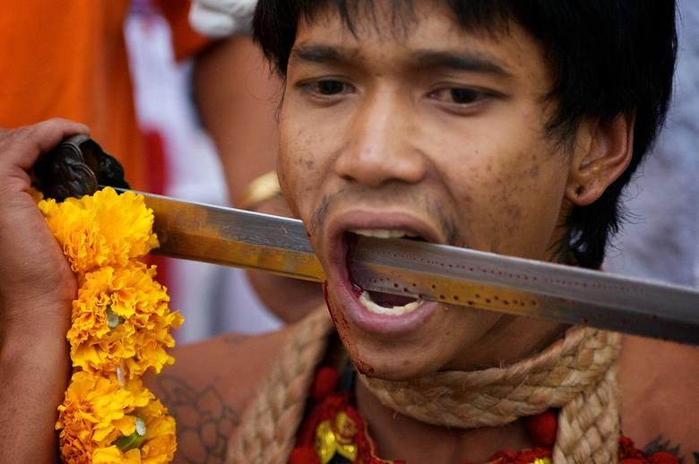 Najbardziej szokujące rytuały na świecie - ZOBACZ brutalne religijne ceremonie