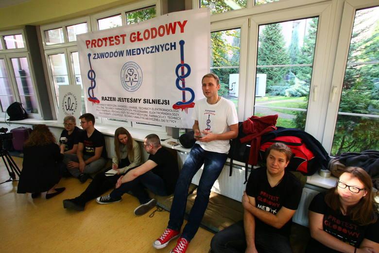 Głodówka lekarzy w Łodzi. Protestują w szpitalu im. Barlickiego w Łodzi [ZDJĘCIA, FILM]